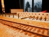 So erfolgt die Installation auf der Anlage, Pfosten für Pfosten in die vorgebohrte Lochreihe auf den Modulen einkleben.