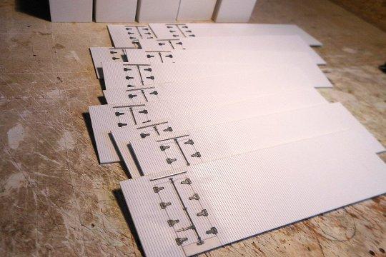 Zum Abschluss noch die Türverriegelungen aufgeklebt - und fertig sind die Seitenwände zur Weiterverarbeitung.