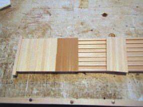 Aufkleben der Bunde. Damit können durchaus 8 bis 10 Planken 'auf einen Ritt' aufgeklebt werden.