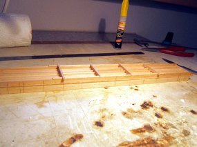 Vorbereitungen für die Queenposts, die querliegenden Stützbalken sind unterhalb des Rahmens befestigt.