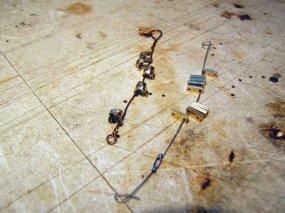 Die ersten kleinen und ganz speziellen Teile für die Spanneisen, die hier über (!) die seitlichen Bordwände geführt werden - und 'Steigbügel' zur Auflage auf den Bordwänden und Flacheisen zum Verschrauben.