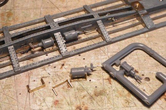 Ein anderes Modell, wo die Rahmenkonstruktion eine sogenannte Split-K-brake erfordert. Bremszylinder und Luftbehälter (mit Steuerventil) sind voneinander getrennt, ansonsten aber völlig identisch. Im Bild fehlt aber noch der Anschluss zur train line, der Hauptluftleitung.