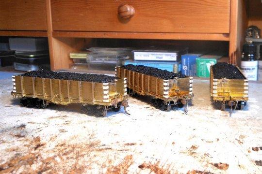 Und nun habe schließlich alle drei Modelle diese Eckbeschläge erhalten - und damit sind sie fertig zum Lackieren.