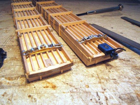 Und so sieht es schließlich am Wagenboden aus - die einzigen metallenen Konstruktionsteile an den ansonsten gänzlich aus Holz gefertigten Wagen (außer einer ganzen Menge metallener Beschläge).