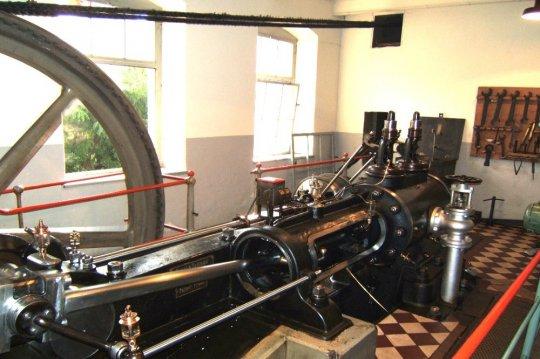 Eine Dampfmaschine ganz in der Nähe - mit einem 2teiligem Seilrad für vier Antriebsseile. Leider sind nur noch zwei der Seile erhalten, aber immerhin!