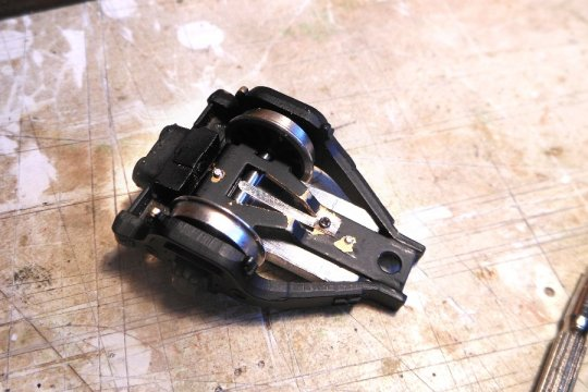 Die hintere Laufachse bekommt zusätzliches Gewicht und die Stromabnahme ist mit einer Schleiffeder auf der Achse verbessert!