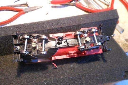 Die isolierten Räder der Tenderdrehgestelle haben Stromabnehmer bekommen, wie immer unter Zuhilfenahme von Kadee-Kupplungsfedern.