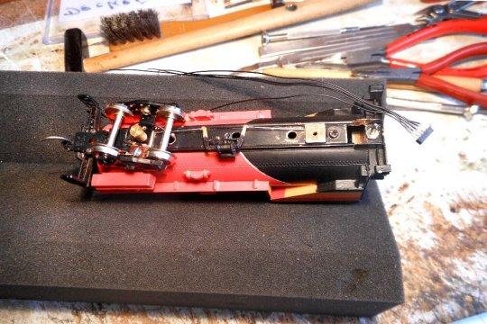 Durchbrüche für die Kabelverbindungen zur Lok sind auch noch notwendig. Immerhin sind zwei solcher Kabelbündel für alle Funktionen erforderlich.