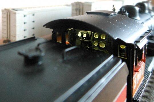 Ein Blick auf die beleuchteten Manometer an der Rückwand des Stehkessels. Und doch fehlt etwas - die Zeiger und Skalen.