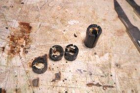 Einkleben der Scheibenhälften in Plastikröhrchen mit eingearbeiteten Schlitzen ...