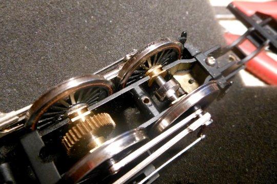 Noch eine Ergänzung - eine Cam für die Soundsteuerung ist auf die Achse aufgeklebt. Die Kontaktfeder dazu befindet sich innerhalb des Rahmens.