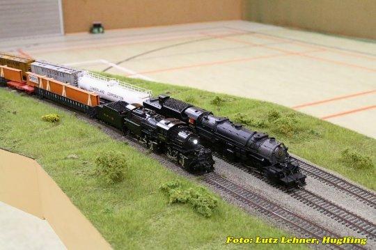 Zwei Lokomotiven, die sich nur für ganz kurze Zeit hätten treffen können, aber niemals mit diesen Wagen!