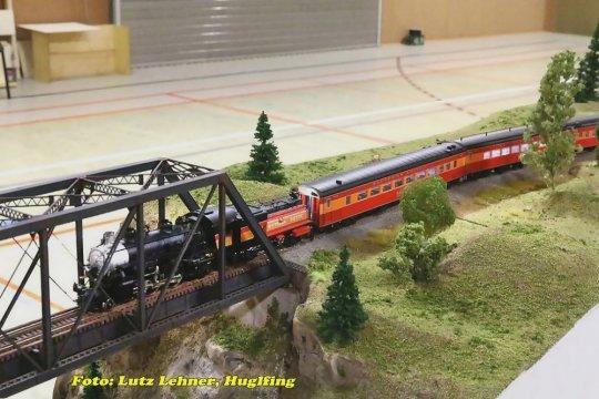Hier ist dieser Zug als Modell allerdings auf den Modulen des AMREG-Freundeskreises aus Dresden und Umgebung unterwegs.
