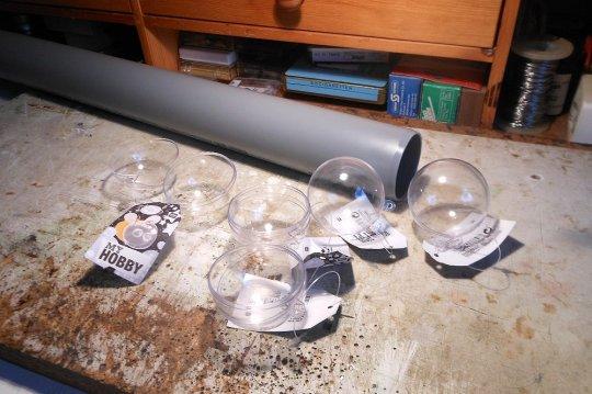 Damit ging es dann los! Halbkugeln und Plastikrohr mit den richtigen Abmessungen waren problemlos  im Handel erhältlich.