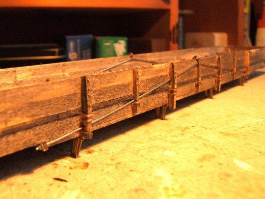 Und so sind diese 'stake pockets' verarbeitet - mit zwei U-förmigen Klammern aus Draht durch die Rahmenwangen hindurch befestigt. Genau so wie beim Vorbild!