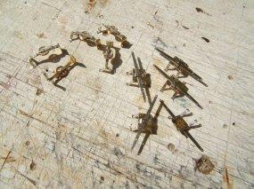 ... ergänzt um Querhebel (cross lever), der die Zugstangen der Handbremsen von beiden Wagenenden zusammenführt.
