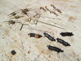 ... und schließlich die Bremszylinder, zwar Industrieteile, aber mit Montageplatten vervollständigt.