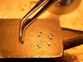 Und dann gehts an die Montage - zunächst winzige Schellen für die Luftleitungen.