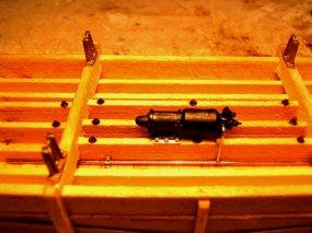 Einer der Bremszylinder an Ort und Stelle - allerdings muss der Anschluss an die Luftleitung noch einmal korrigiert werden..