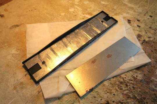 Blei gegen das originale Stahlblech ausgetauscht und damit das Gewicht von 29 auf 39 Gramm erhöht. Immer noch nicht viel, aber bei diesem leichten Modell unbedingt notwendig!
