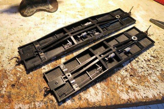Die Bremsen sind vollständig installiert! Beim originalen Modell oben eine AB-Bremse, untem am gekürzten Wagen eine zeitgemäße K-Bremse.