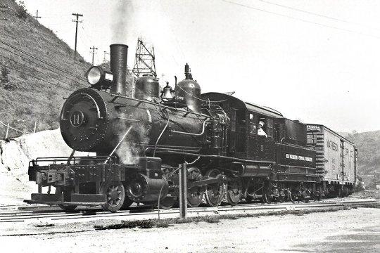 Noch eine dieser kleinen G1 Lokomotiven, die an ein Chemie-Unternehmen für den internen Werksverkehr verkauft wurde. - Courtesy Mike Pierry.