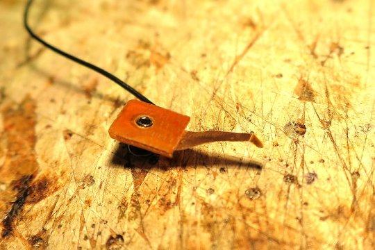 Und so sieht der Schleifkontakt aus. Die quer liegende Schleifkante liefert nach meinen Erfahrungen das beste und auch eindeutiges Signal.
