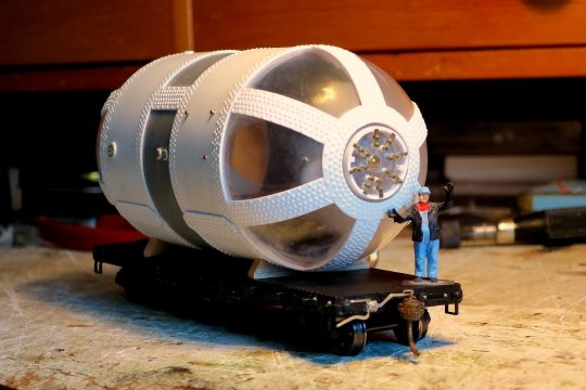Da hatte ich doch das Modell dieses Druckbehälters gebaut und es war mir bewusst, dass dieser nur als ''Xtra-train'' befördert werden konnte. Natürlich mit der passenden Lok. Und um diese soll es hier gehen!