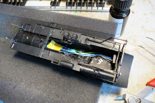... und lediglich die ''keep-alive-unit'', der Kondensatorenblock im Kessel. Ein vernünftiger Lautsprecher war hier einfach nicht unterzubringen.