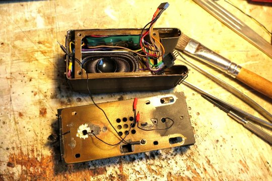 Die Anordnung der Elektronikbauteile bei dieser Lok: Decoder und ein ziemlich großer Lautsprecher im Tender ...