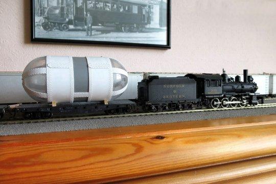 Hier einmal den riesigen Behälter und die kleine Lok direkt zueinander gestellt. Was für ein gewaltiger Größenunterschied!