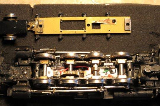 So sieht's installiert aus, die zweite Achse von rechts hat die Cam bekommen und im Übrigen sind an jeder Achse gefederte Bolzen zur Stromaufnahme von der isolierten Seite eines jeden Treibradsatzes hinzugekommen.
