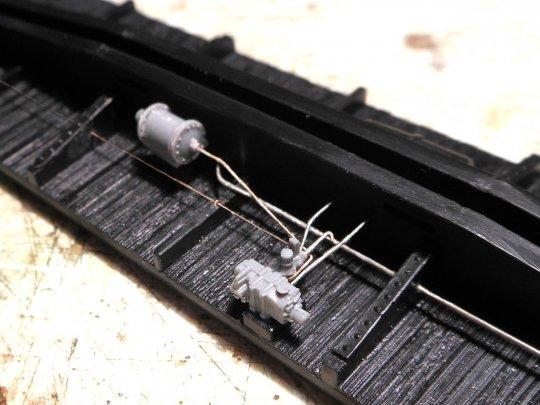 Schließlich das komplette Leitungssystem - die Leitung zum Bremszylinder, der Anschluss zur Hauptluftleitung (mit dem Staubfilter dazwischen) und die ganz dünne Leitung zum Entleerungsventil, die zur Handbremse am Wagenende führt.