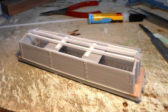 Fast Hoppla-Hopp war der Wagenkasten geklebt, aber da war schon nicht mehr alles original Westerfield. Die Ünterstützung für den Dachlaufsteg erschien mir doch zu dürftig.
