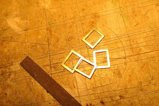 Also die Rahmen ausfeilen und zusätzliche Rähmchen zur Verstärkung der Wandtiefe gesägt, gefeilt und eingesetzt.