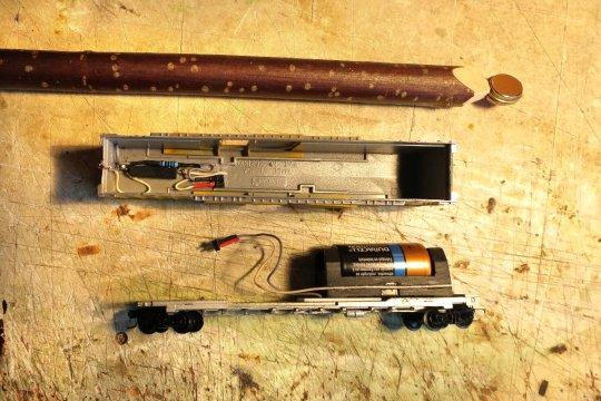 Doch da wurde mit wenig Aufwand ganz was Neues draus. Die Zutaten: Batterie, bistabiler Reed-Schalter, Widerstand und eine rote Blink-LED. Alles!<br>Ok, ein Dauermagnet muss auch noch sein!