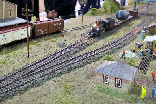 Die ersten Bilder von der Überführungsfahrt des außergewöhnlichen Druckbehälters mit der kleinen G1, die hier als Zuglok eines ''Xtra trains'' unterwegs ist.