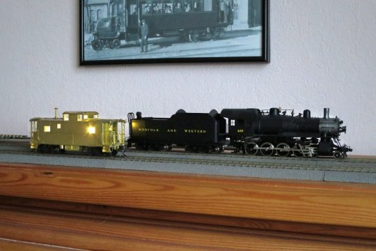 Mein Caboose der Norfolk & Western, bei dem ich die Beleuchtung ebenso ohne Decoder aber trotzdem schaltbar ausgeführt habe.