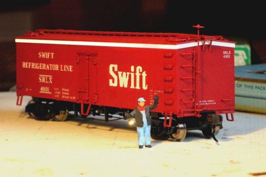 Und noch einmal mein einziger angestellter Mitarbeiter, übrigens mit dem brandneuen Swift-Reefer, der demnächst aber auch in die Werkstatt muss.