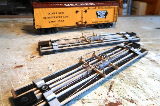 Sämtliche Teile unter dem Rahmen sind montiert, Druckluftbremse und Handbremse, die Spanneisen (wie immer selbst gemacht) einschließlich ein paar weiterer Details ...
