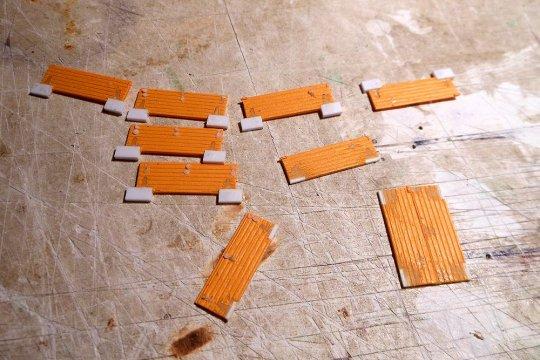 Die Türflügel müssen natürlich bearbeitet werden, die alten Teile ab und alle Löcher und Ausschnitte mit Plastik verschließen. Und Nacharbeiten.