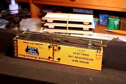 Die Unterteile sind vom Lackieren zurück, eines schon mal in einen Wagenkasten eingesetzt, die beiden anderen noch in der Transportverpackung (im Hintergrund).
