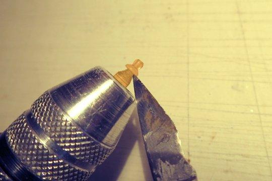 Bearbeiten des Fußes an der Unterseite und nachfolgend das Abtrennen von der Stange Span für Span. Der Glaskörper wurde vorher mit Polierfeilen für Nägel auch noch poliert.