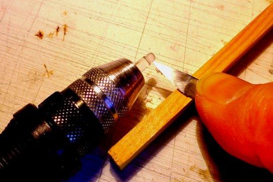 Erste Formgebung von Lampenglas und Fuß mit einem scharfen Skalpell - bei niedriger Drehzahl!