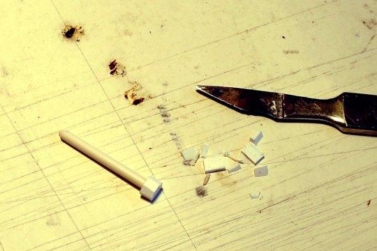 Zum ''Drechseln'' des Kopfes wurde das angeklebte Material großzügig zugeschnitten.