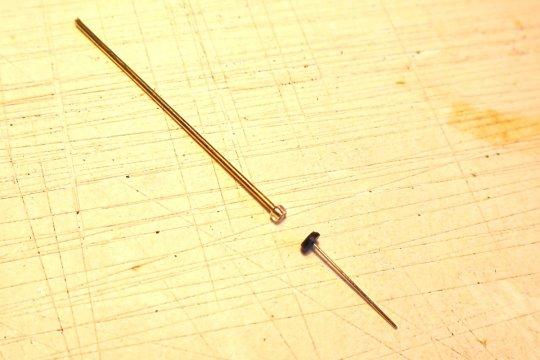 Eindeutig ein einfacherer Weg, um die Lampe ''zusammenzubauen'' - die Perle auf einen Dorn kleben, mit dem Unterteil verbinden und nach dem Entfernen des Dorns (auch mit Wärme) die LED einkleben und dann noch den Kopf oben drauf.