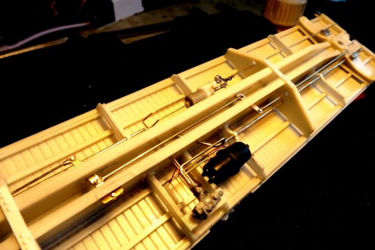 Hier ein weiteres Modell, ein PFE-reefer vom Typ R-70-2, bei dem ich wohl so ziemlich alle Teile angebaut habe, die bei einer AB-Bremse dazugehören.