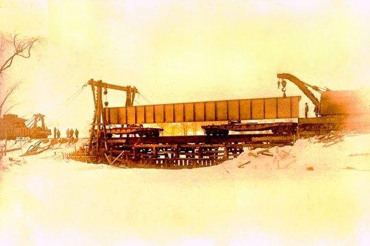 Ein Beispiel der Verwendung solcher Brückenträger, wie es in früheren Zeiten aussah. Eine neue Stahtträgerbrücke wird gebaut, wobei die Einzelteile vor Ort zusammengebaut werden - copyright Walt Kierzkowski