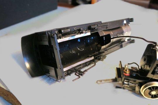 Ist da im Oberteil genügend Raum für einen Lautsprecher? Wenn auch nicht sichtbar, aber im Moment ist im vorderen Teil des Kessels ein Stück Blei - und die Lok ist sowieso nicht all zu schwer.
