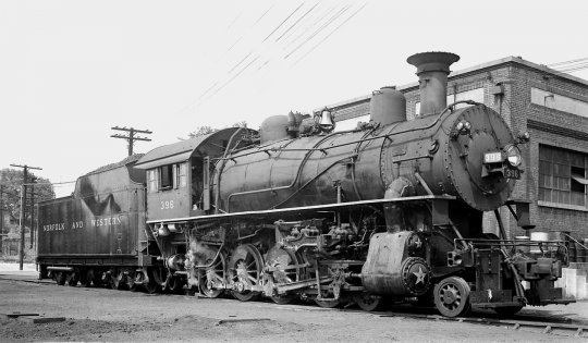 Ein wundervolles Foto der N&W class M no. 396, aufgenommen im Nov. 1956 vor dem Rundhaus in Bristol, VA - from the Collection of Carl Weber, thanks!